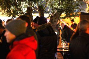Publikum beim Adventsmarkt
