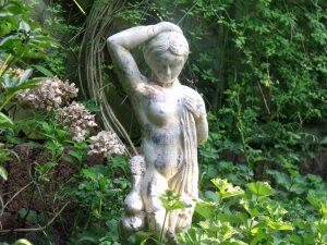 Statue im Beet Garten Janssen