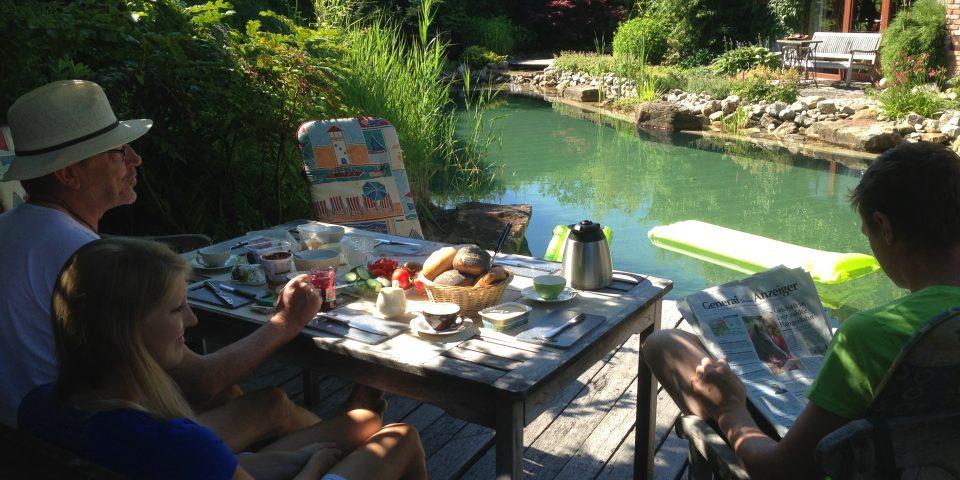 sonniges Frühstück am Schwimmteich