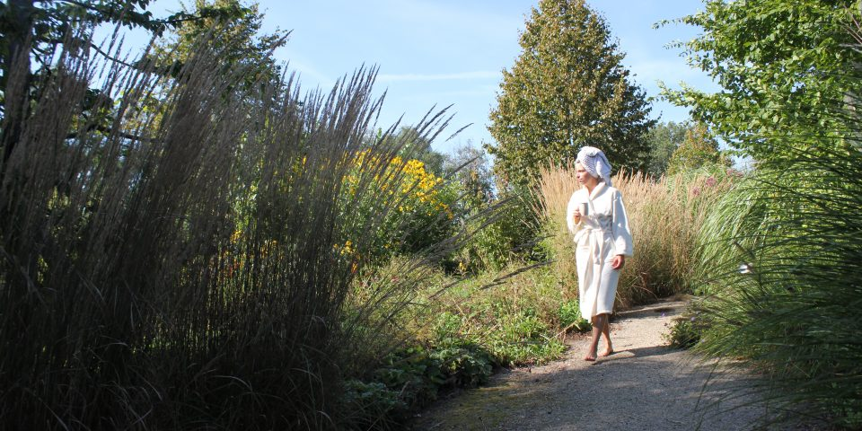 Frau mit Bademantel im Park